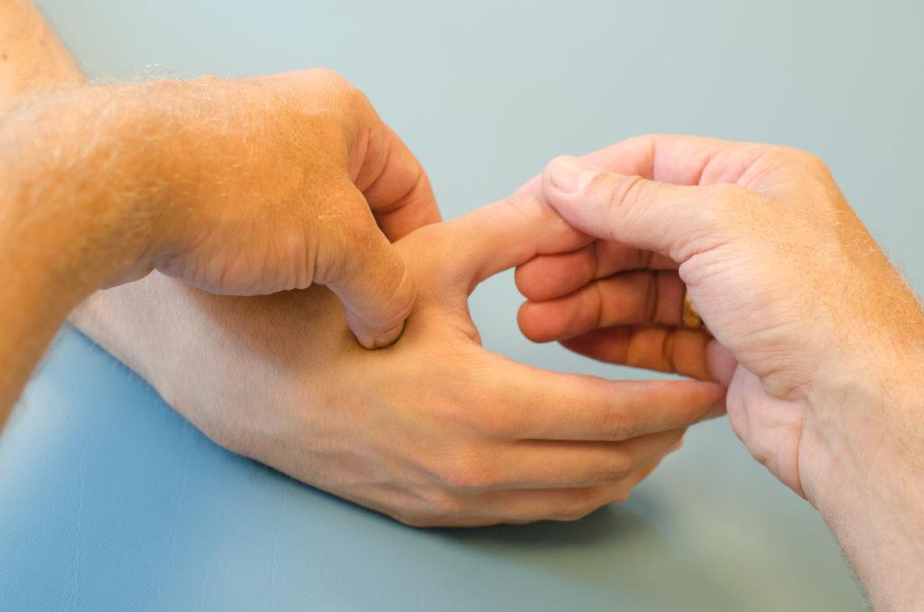 Druckpunkte flächig, tief, mit Zeit schmerzhaft behandeln, gegen Schmerzen, ins Gehirn gedrückt